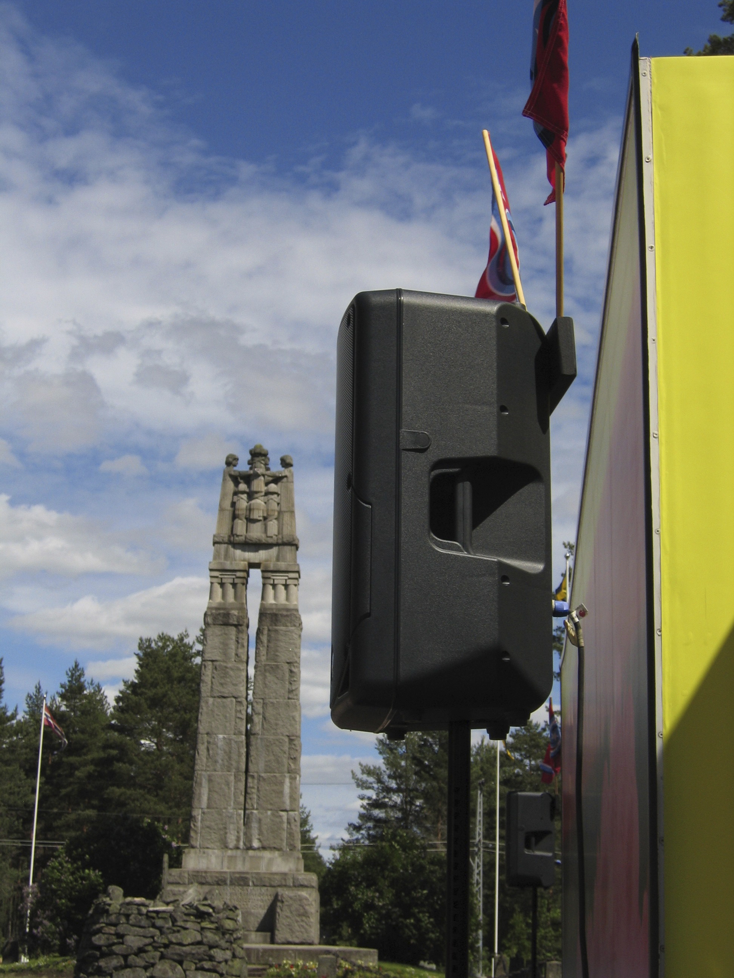 normalia-morokulien flagg, høyttaler og statue.jpg