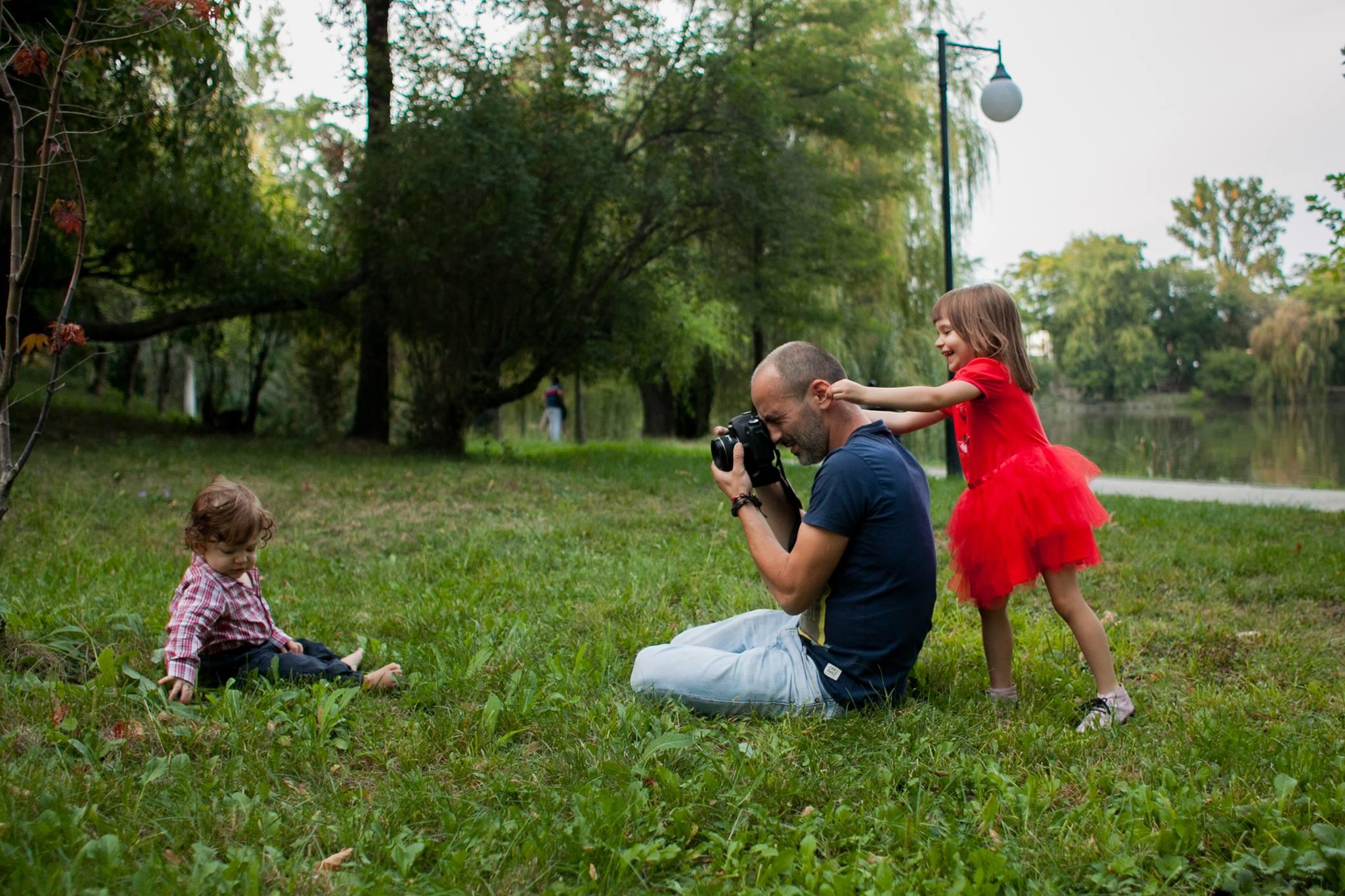 Bogdan Dincă - Îmi place să fotografiez fără regie și să documentez istorii personale. De 14 ani fac fotografie de familie și fotografie documentară. Mă găsiți și pe www.documentaria.ro și pe pagina de facebook.