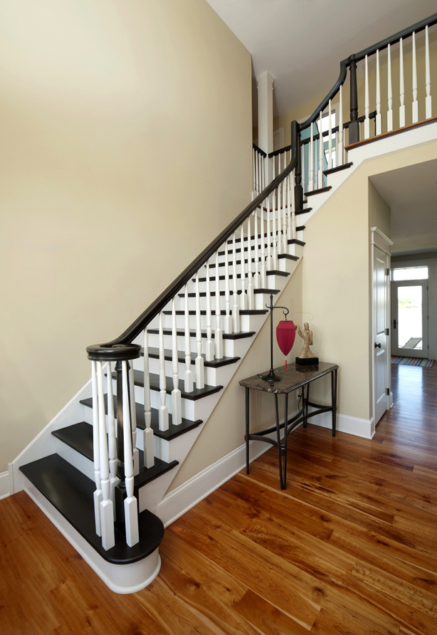 This gorgeous staircase features 6010 rail, Primed 2015 balusters and 3015-series pin top newels.