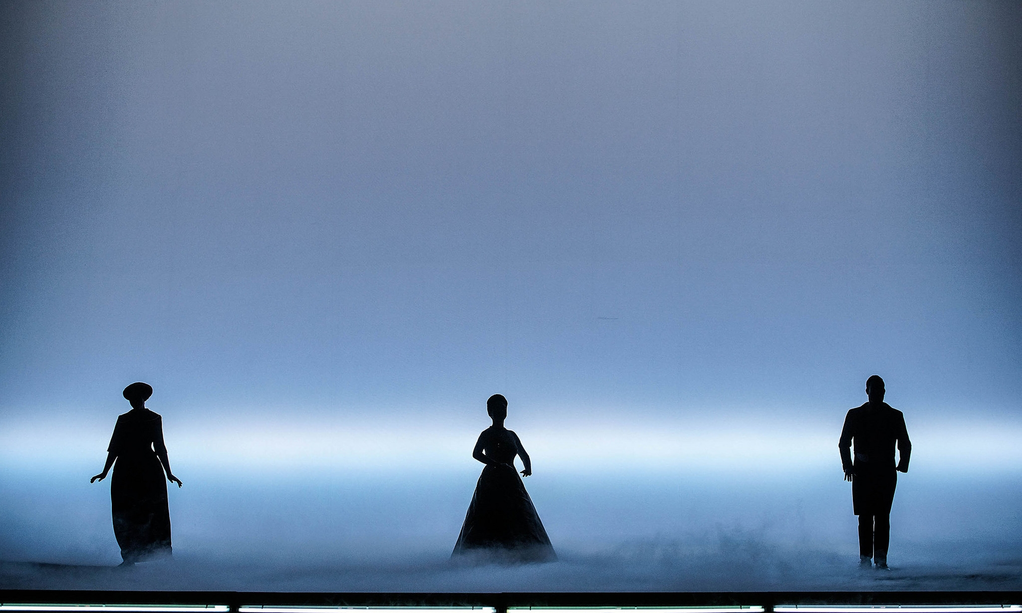 Act 1 - Kerstin Eder (Annina), Myung Joo Lee (Violetta Valéry), Dominik Nekel (Doctor Grenvil). Linz, 2015