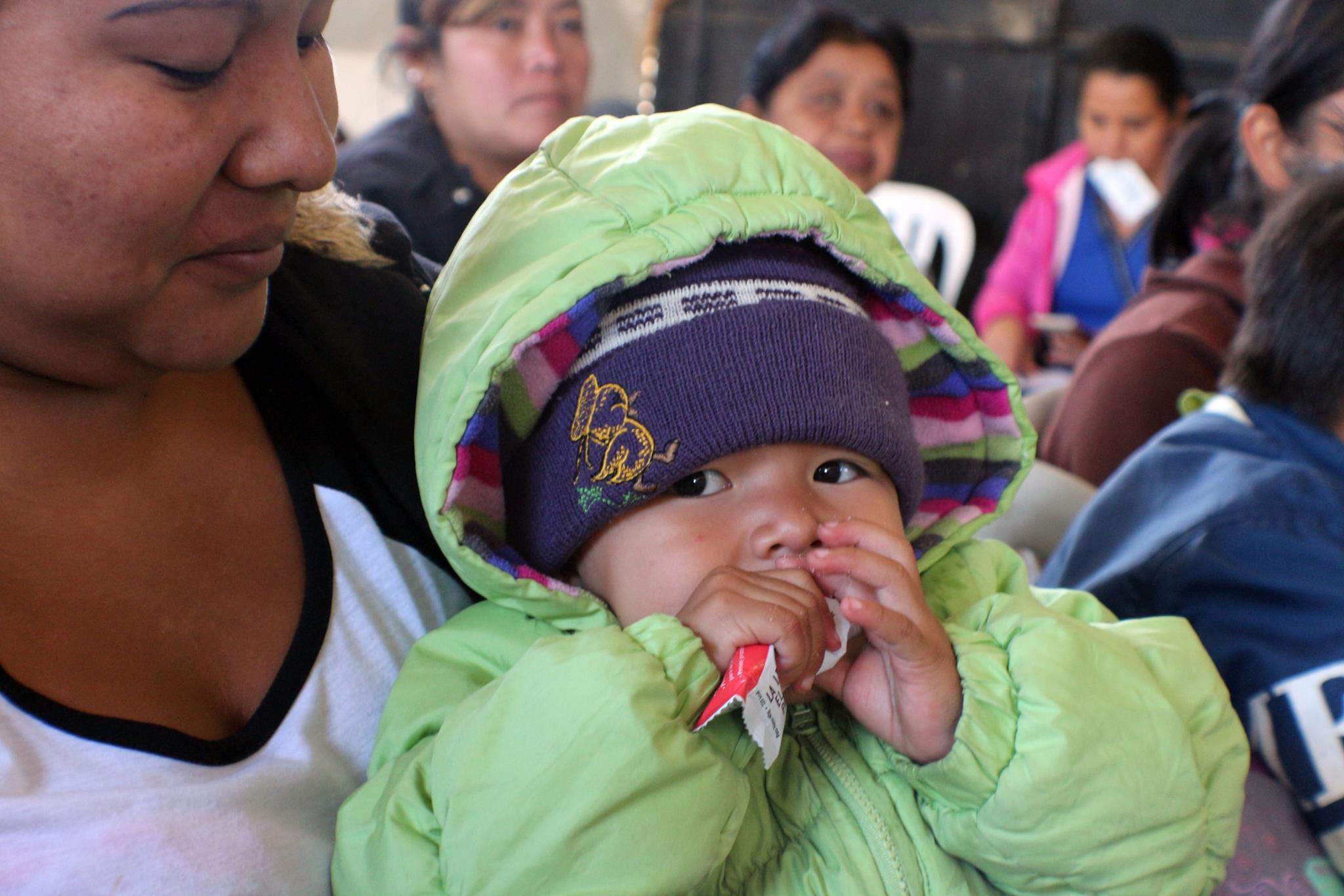 Una mejor nutrición cambia vidas y economías enteras - Una ingesta saludable de vitaminas y minerales, idealmente a través de una dieta balanceada, es esencial para que l@s niñ@s pequeñ@s desarrollen sus capacidades cognitivas, físicas y sociales.En Guatemala, 1 de cada 2 niñ@s menores de cinco años no recibe estas vitaminas y minerales esenciales. Entre l@s niñ@s indígen@s, es de 8 de cada 10.L@s niñ@s pequeñ@s que no reciben los micronutrientes esenciales se atrofian en su crecimiento y se ven condenad@s a una vida de bajo rendimiento: primero, menor desempeño en la escuela; luego, menor productividad y salarios; más problemas de salud a lo largo de la vida; y un mayor riesgo de enfermedades crónicas como la diabetes y las enfermedades cardíacas. Esto convierte a la desnutrición crónica infantil en una emergencia.