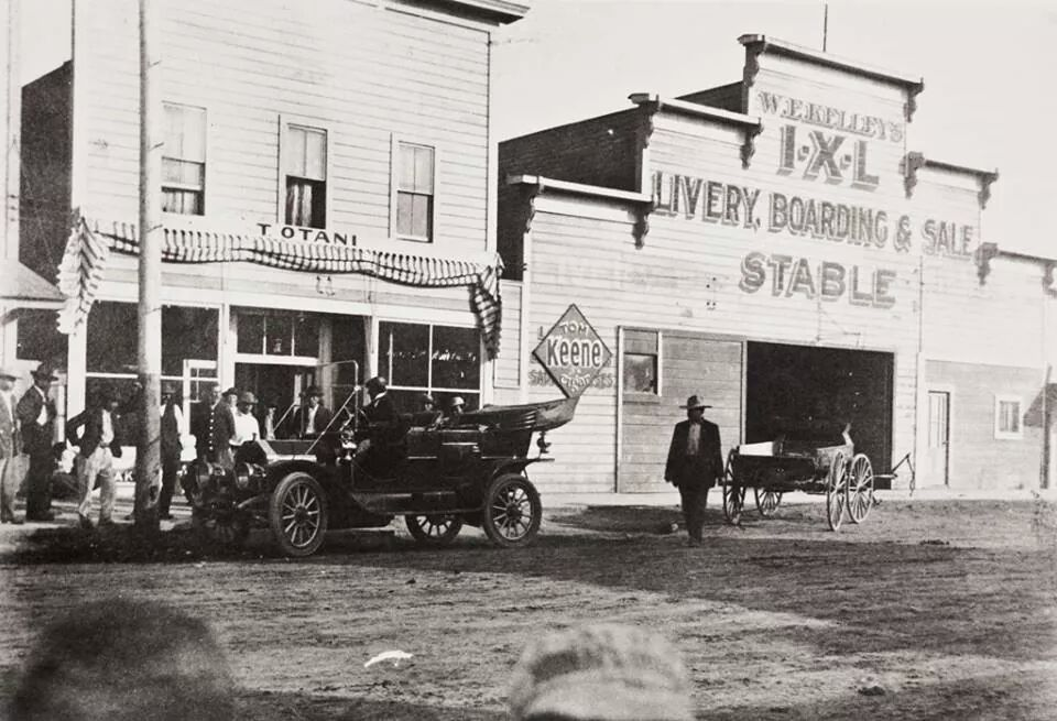 T. Otani grocery store in 1929 (and the group gathered to look at the car)