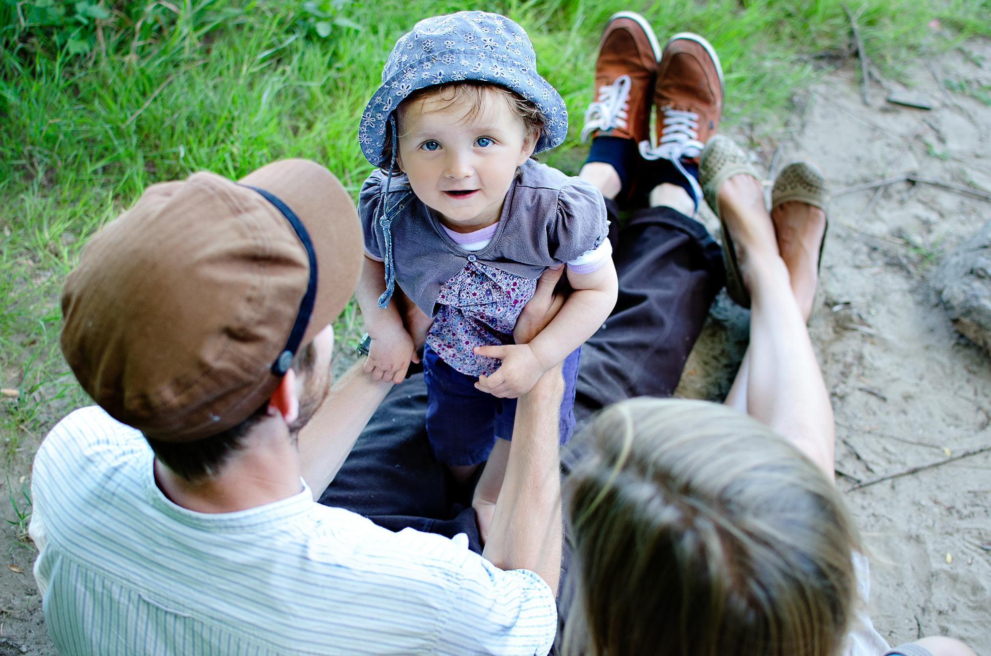 Bei diesem Fotos stand ich auf einer     Steinbank    , an die Marie's Eltern mit dem Rücken angelehnt waren. Aus dieser höheren Position konnte ich dieses schöne Fotos mit dem Blick von oben machen.