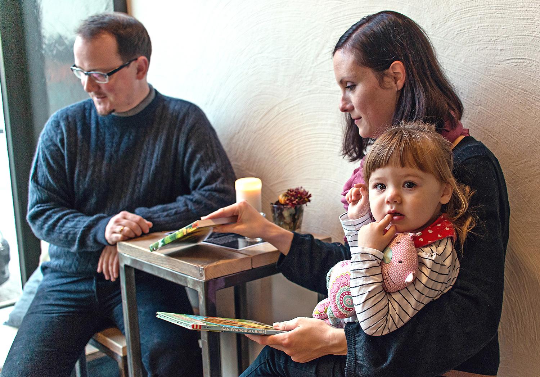 kreative-familienfotos-berlin-cafe