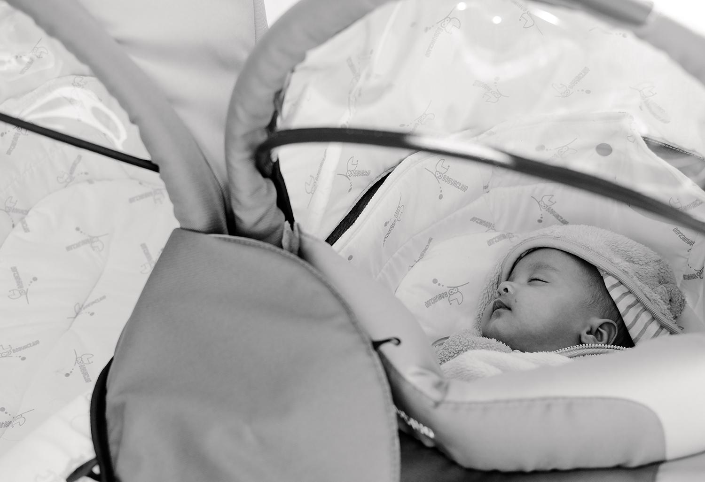 schlafendes-baby-kinderwagen