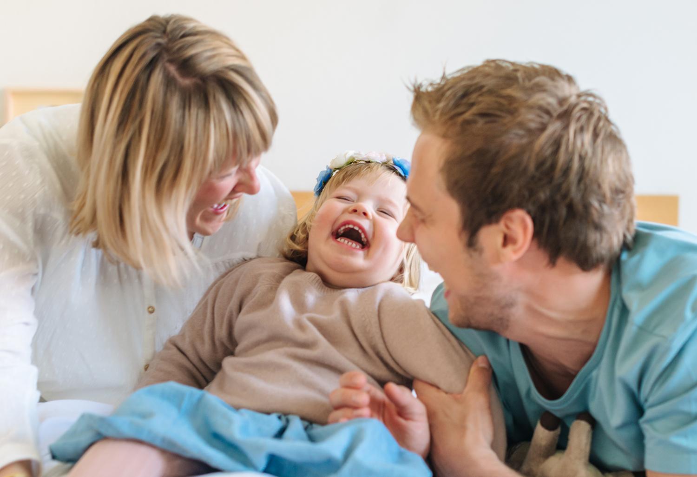 humorvolle-Kinderportraits-Familienfotografie-Berlin-Mitte