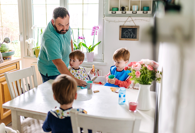 kinder-beim-frühstück