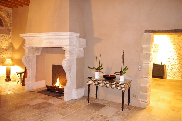 Fireplace 16th century - lit .JPG