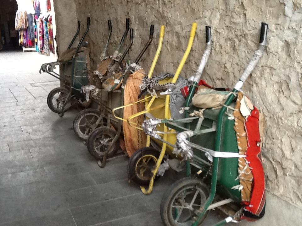 Lej en trillebør med fører til at transportere dine varer til bilen!  -Den gamle souq i Doha