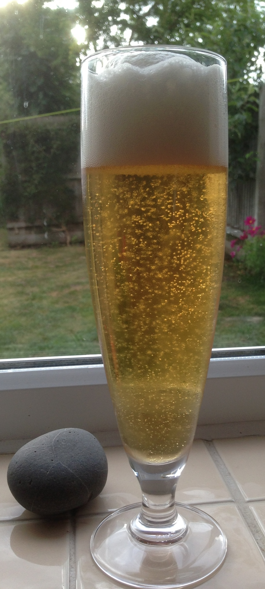 """Kolsch - distinctive pale hue, brilliant white rocky head and light carbonation. The greatness of this beer style is better exemplafied by the presence of an """"arty stone"""" next to it and a washing line in the background - truly a beer of the people !"""