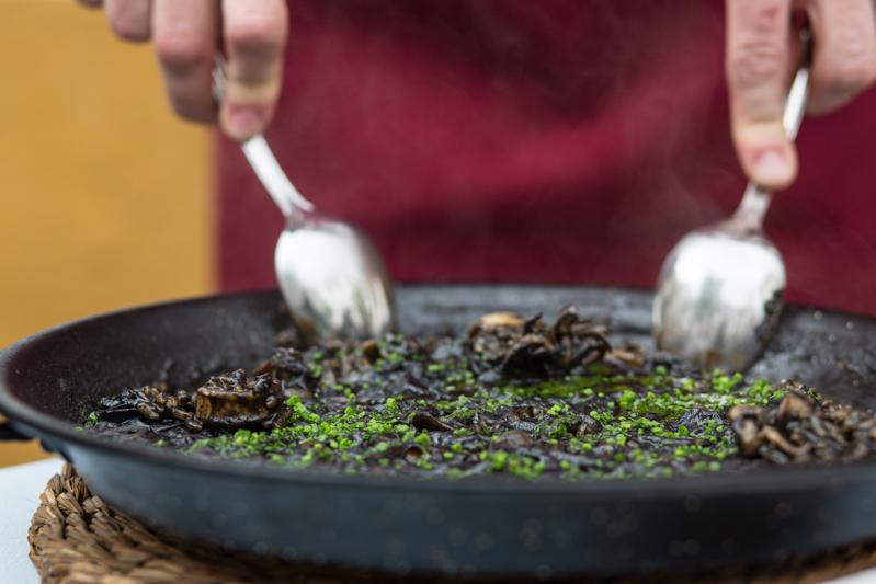 Paella arroz negro con calamares