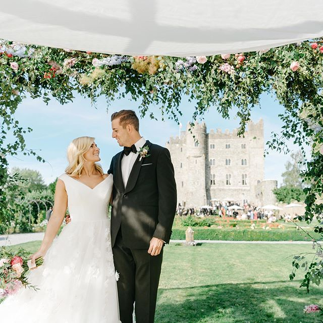 What an absolute fairytale 💕 Mandy & Nick under this chuppah of dreams by @frogprinceweddings. So much more to come from this stunning wedding. @michelle_field_makeup @carlarose___ @kilkeacastle @dreamcatcher.films #castlewedding #irishcastlewedding #kilkeacastlewedding #weddingphotographer #irishweddingvenue #jewishwedding #weddingchuppahceremony #irishweddingphotographer