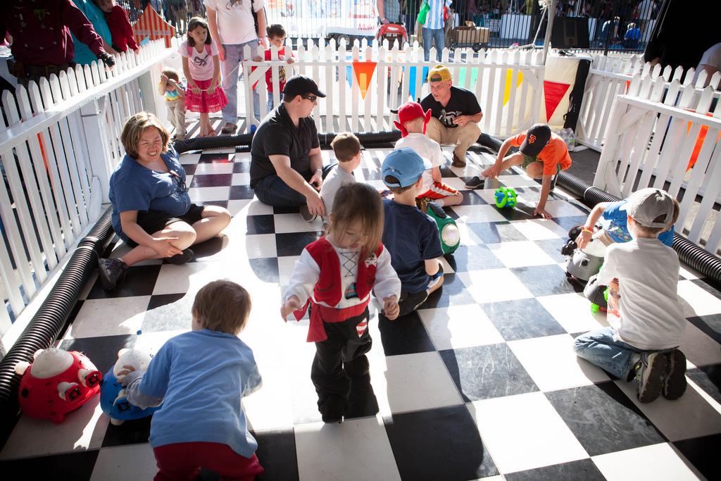 Petting Zoo Children 2.jpg