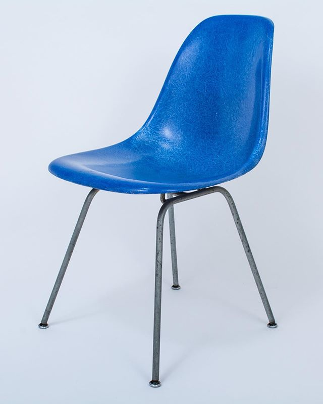 Vintage Herman Miller Eames molded fiberglass side chair in blue. Now available at MidCenturyModernFinds.com. . . . . #midcenturymodernchair #eames #hermanmiller #eamesshellchair #dsxchair #bluechair #royalblue #shellchair #fiberglass #vintagehermanmiller