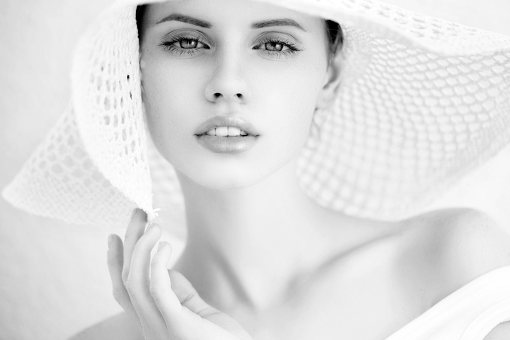 Portrait-of-a-beautiful-woman.-B&W-459163541_725x483.jpeg