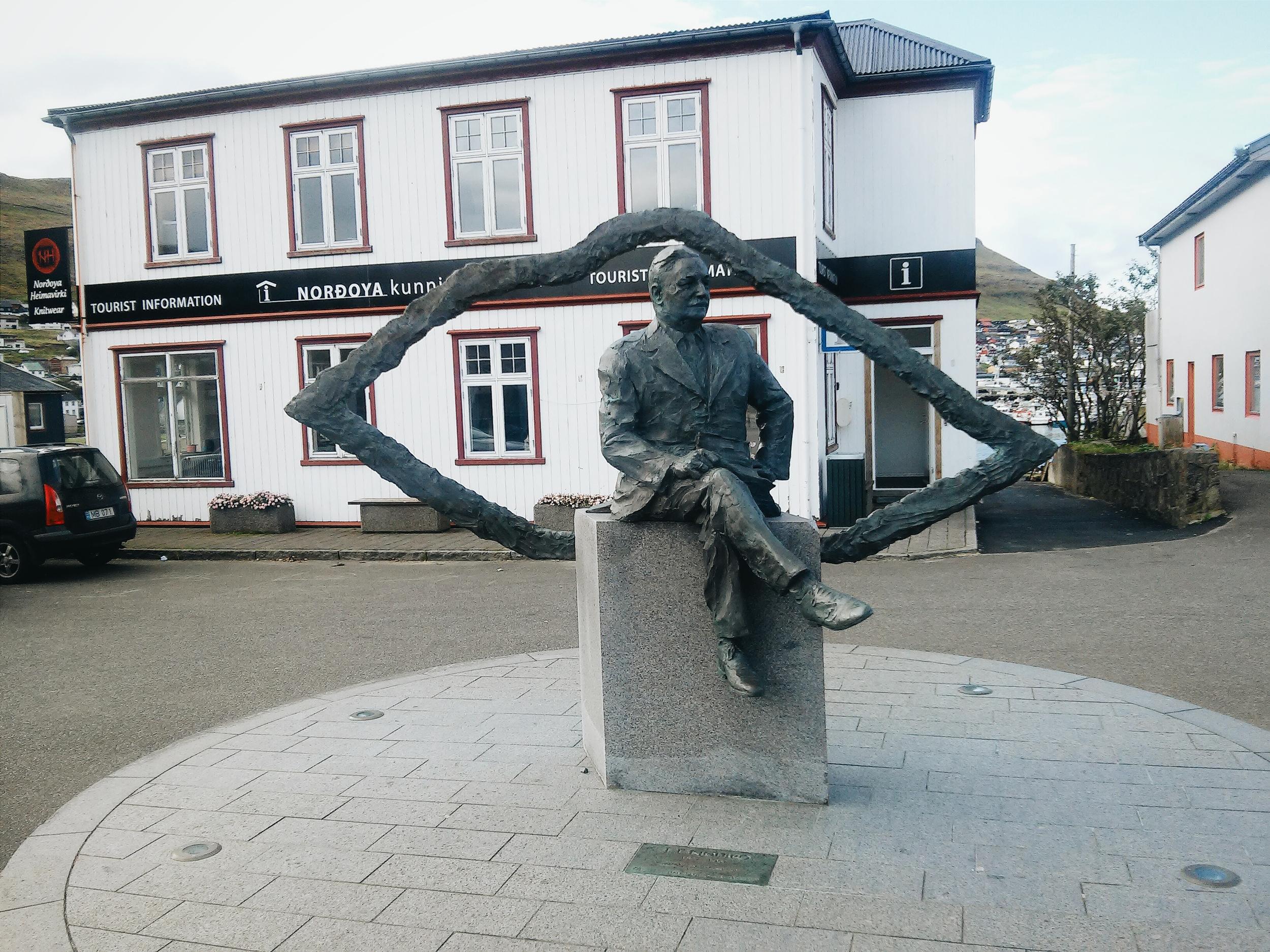Το άγαλμα του Κγιόλμπρο και πίσω ο τουριστικός οργανισμός της πόλης