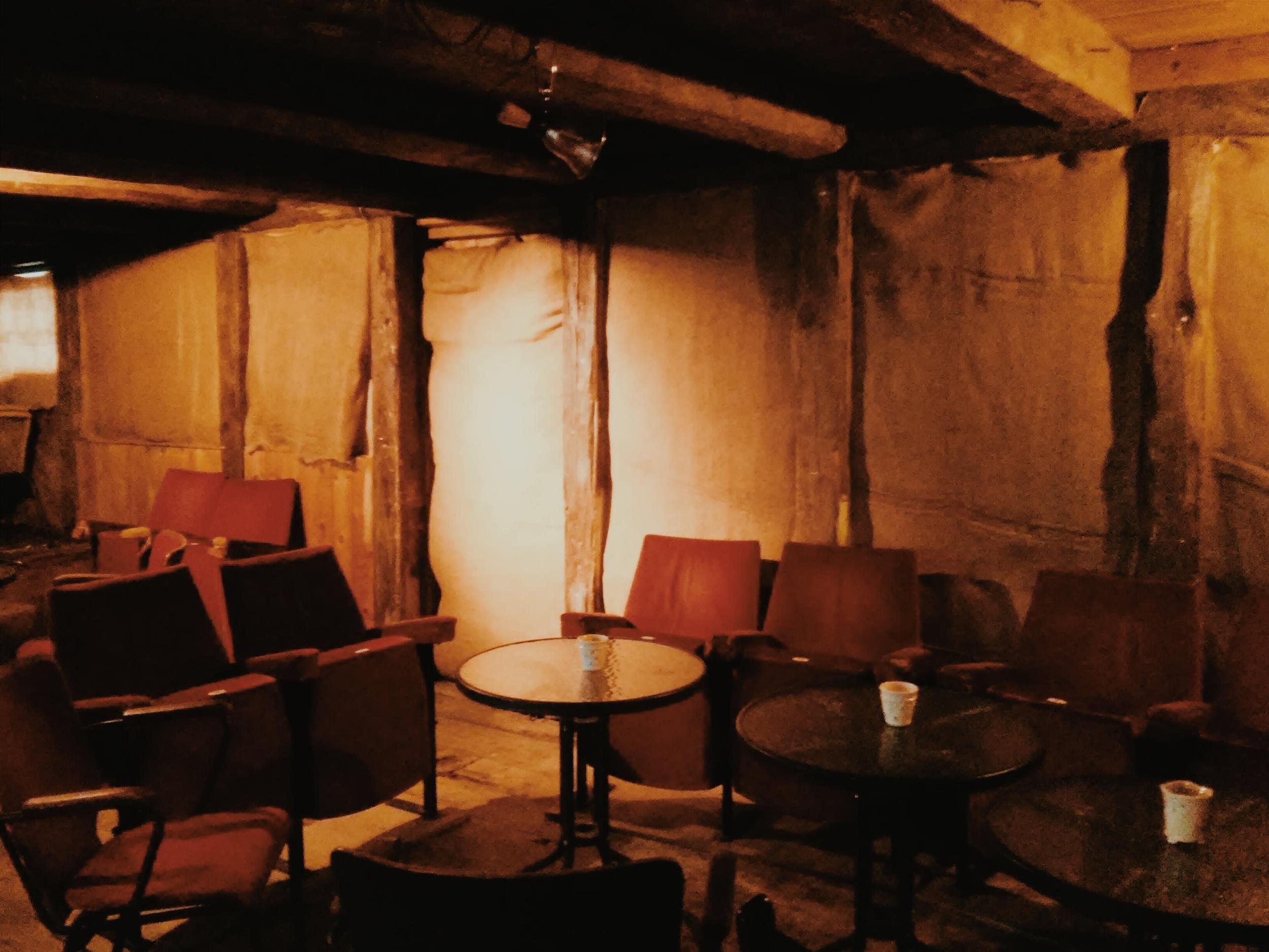 Μολονότι είναι θαμπή, προσφέρει μια άποψη του δωματίου με τα παλιά καθίσματα του κινηματογράφου