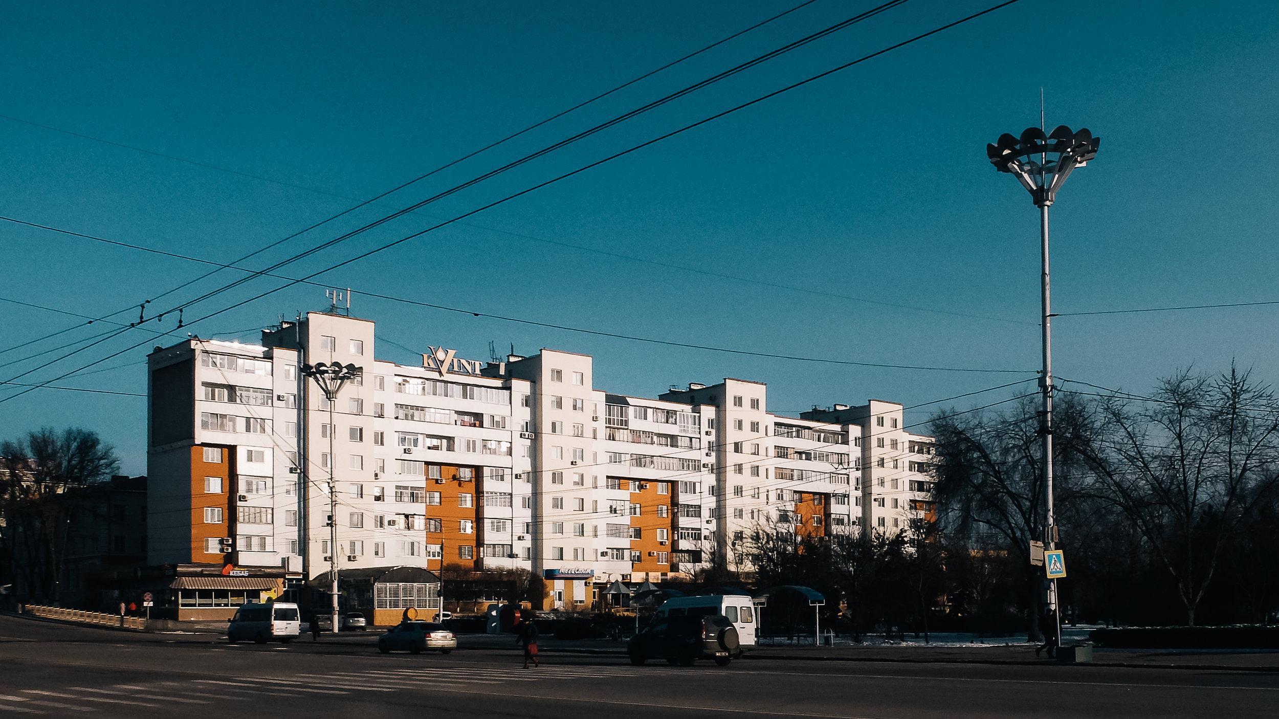 Το κτήριο με το λογότυπο της Kvint