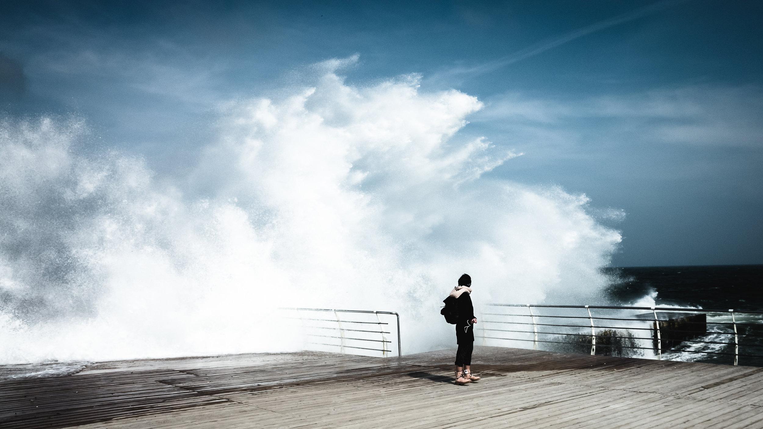 Μια γυναίκα πλάι στα κύματα