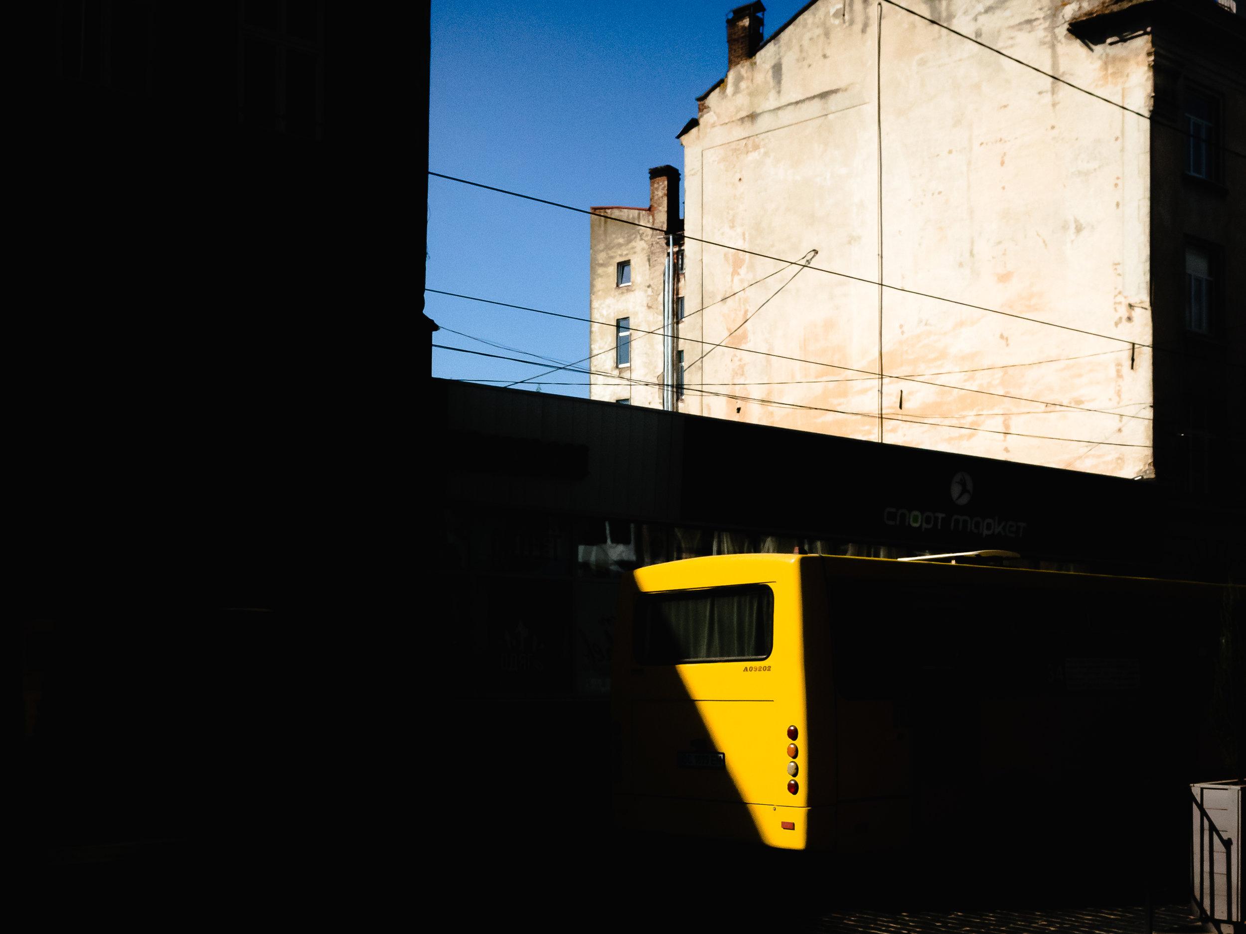 Λεωφορείο στη σκιά
