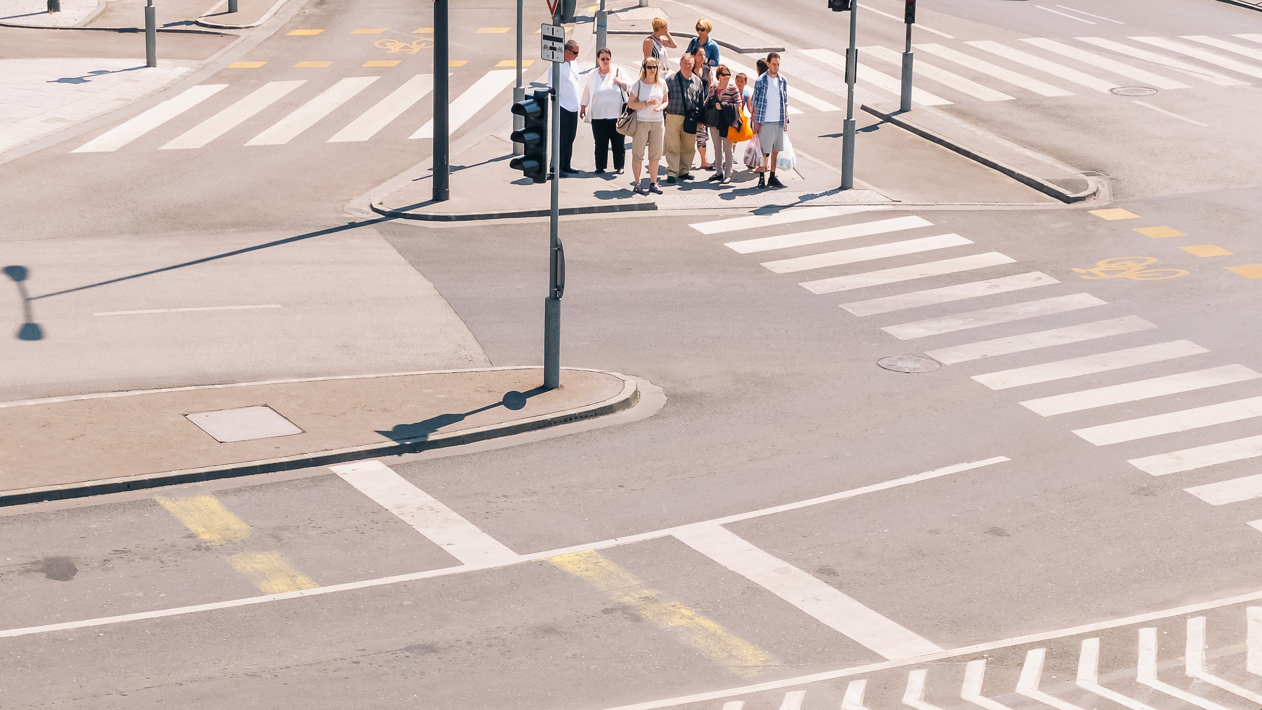 Περαστικοί σε μια διάβαση στην Βουδαπέστη
