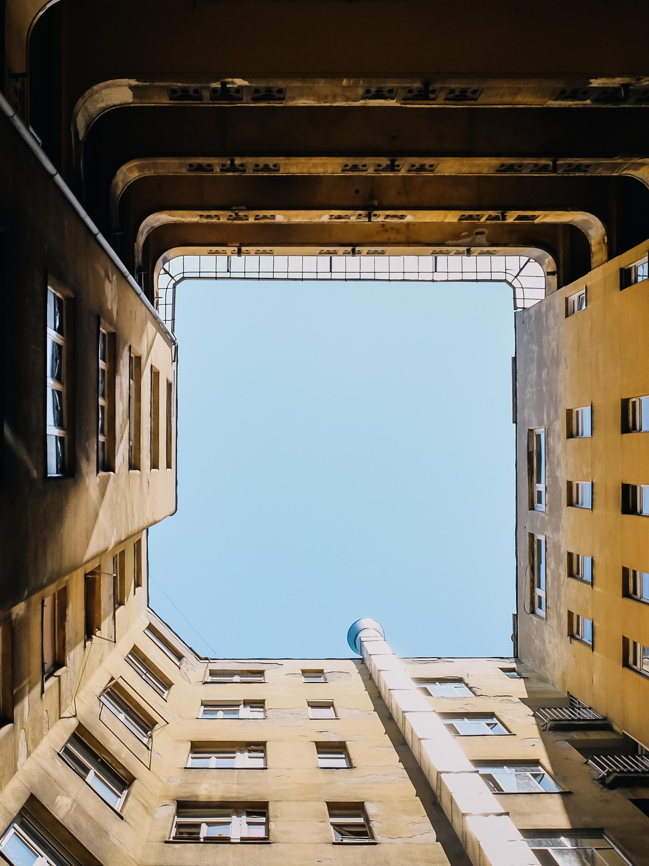 Κοιτάζοντας ψηλά σε μια εσωτερική αυλή