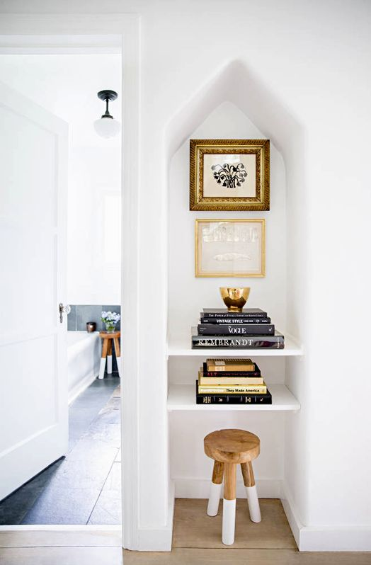 -via cushandnooks.blogspot.co.nz / Such a simple, clean way to fill the oddly-shaped space.