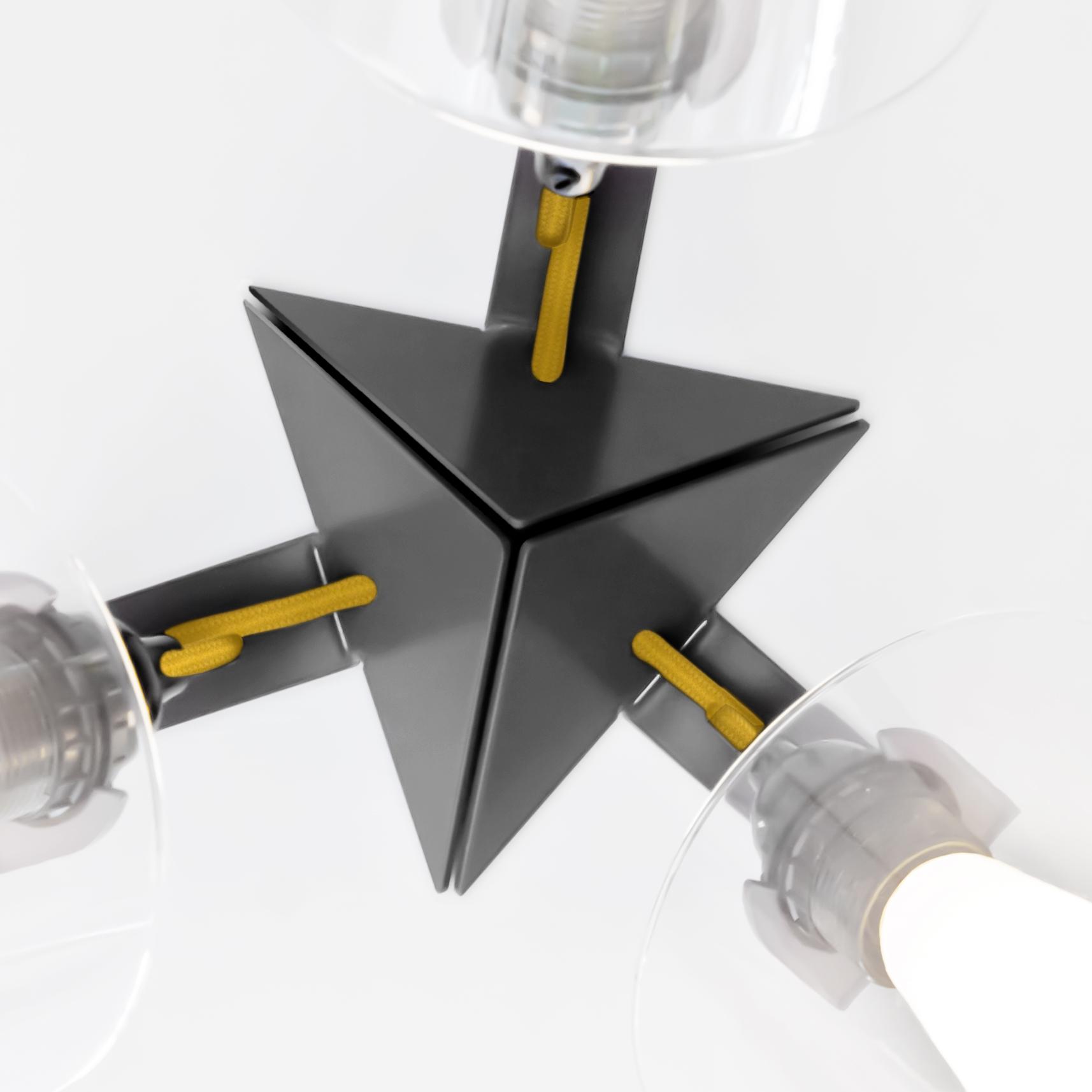 drei Metallbügel bilden an der Decke eine Pyramide