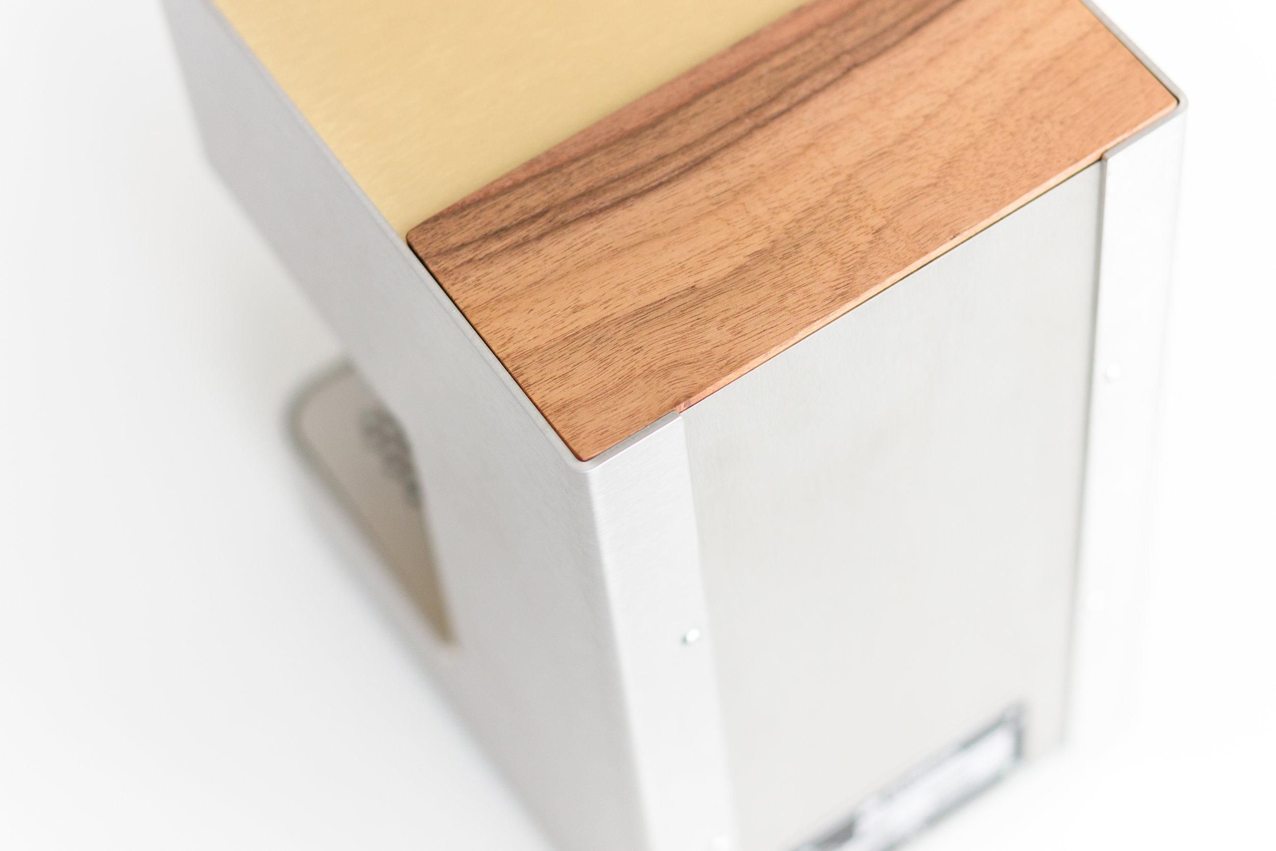 Die Kombination vom gebürsteten 2,5 mm-Stahlmantel, der Holzelemente und goldenen Aluteile gepaart mit der klaren Form, verleiht der ZURIGA express ihren unverwechselbaren Charakter.