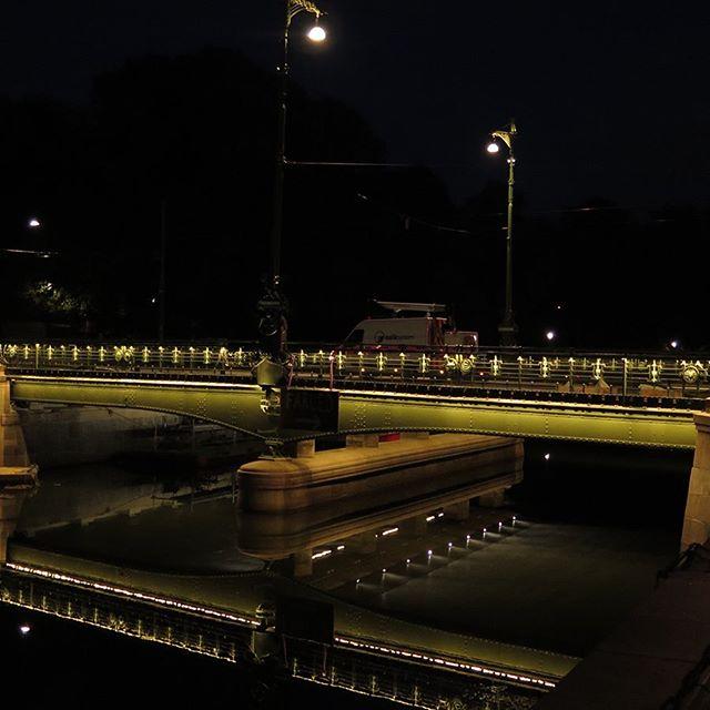Nu är Vasabron äntligen öppen igen. Vi på luxlight är väldigt glada för att vara med i projektet som belysningsleverantör 💡🔧 Ljusdesign: ÅF Lighting @af_lighting  #luxlight #LED #belysning #ledlinear #brobelysning