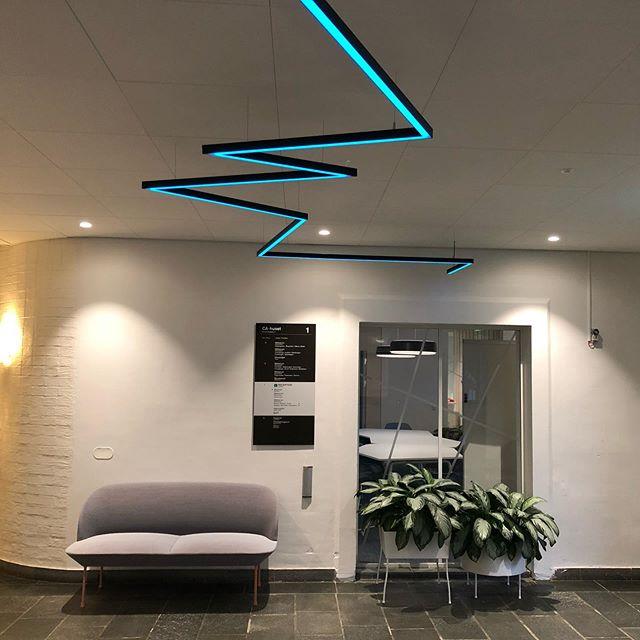 D-line RGB Penlen behöver inte alltid vara rak. Här har vi tillverkat en blixt armatur till Chalmers reception och kontor. Ljuset justeras via en DALI panel med förinställda ljusscener ⚡️🌈💡