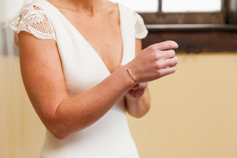 Bride puts on jewelry.