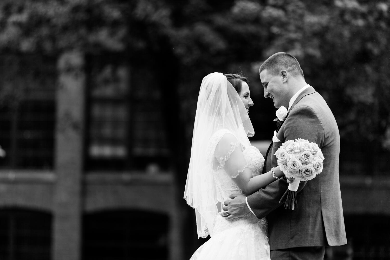 bride_groom_in_love