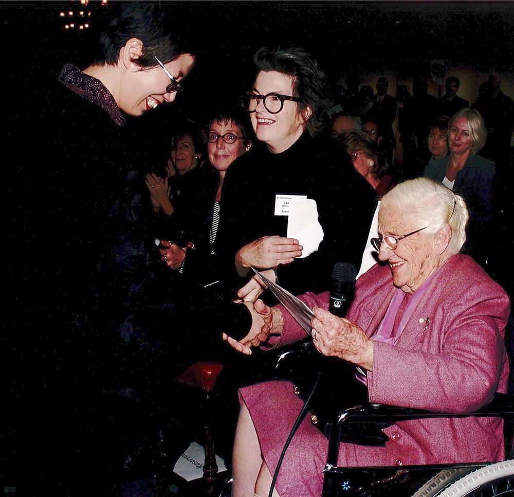 Dame Elisabeth Murdoch AC DBE presenting Trinh Vu with the 2007 Georges Mora Fellowship.
