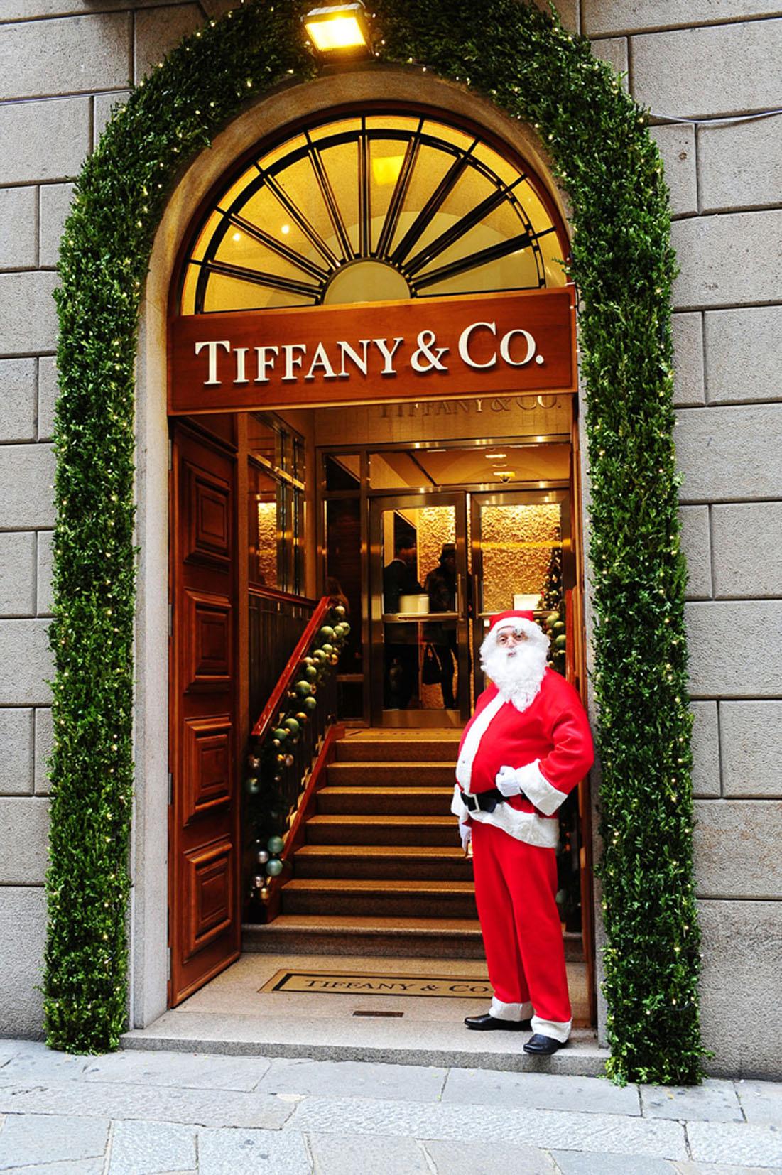 A traditional Santa Claus for Tiffany & Co. in Via della Spiga