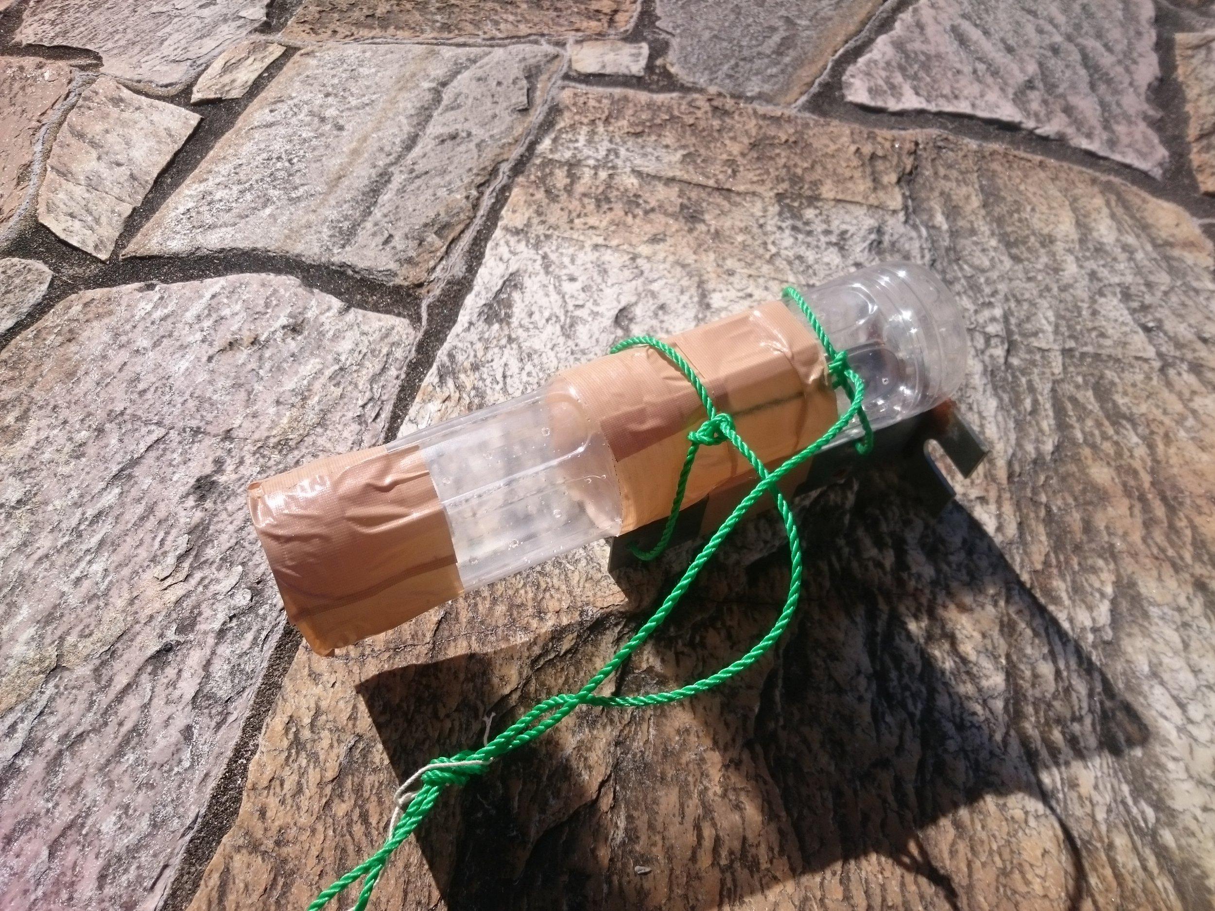 ペットボトル、ガムテープ、ロープ、おもりでできている。簡単に作れる。