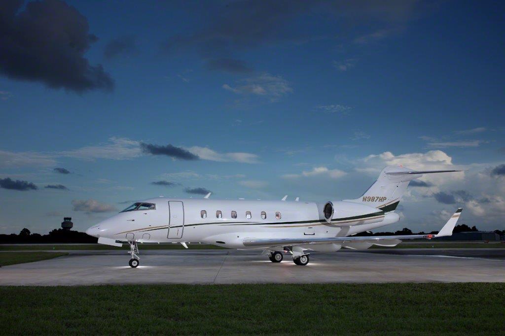 challenger_300_jet_aircraft_N987HP_side-3mp.jpg