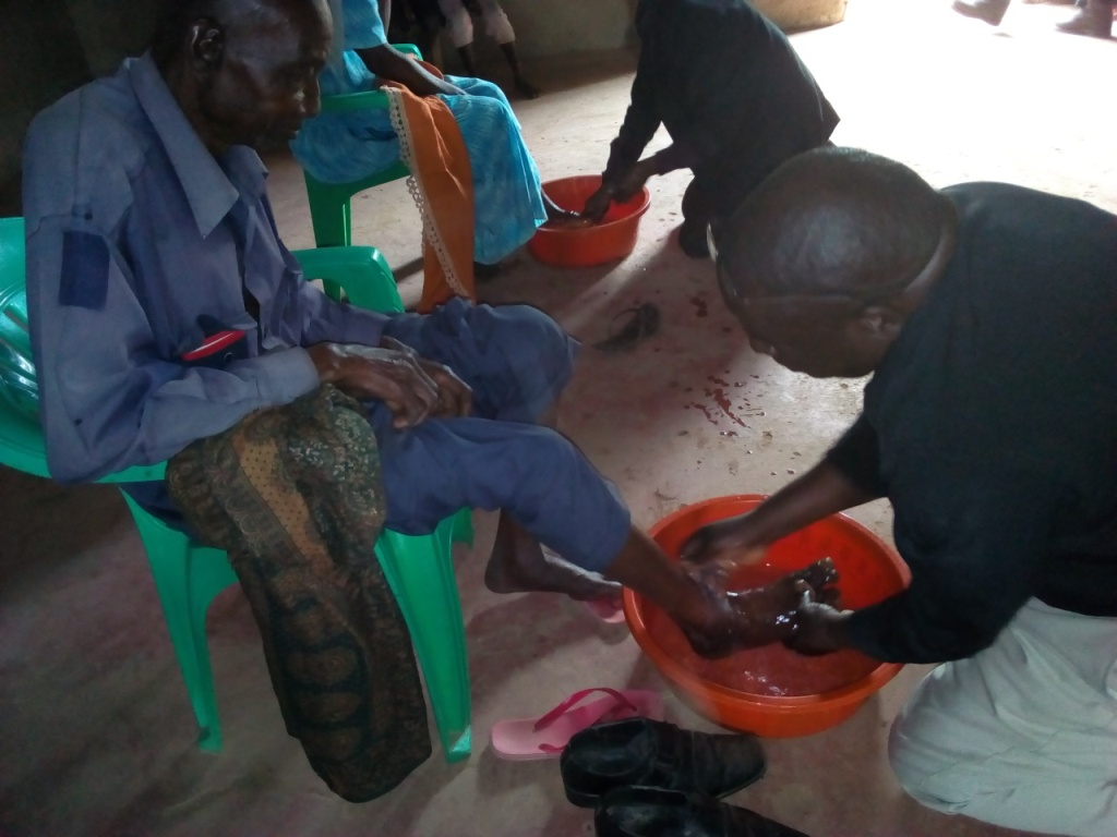 Jan Pastor Ofwono Victor. foot washing.jpg