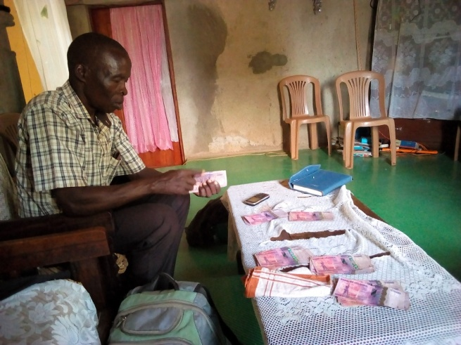 deed 5 Pastor Katandi re-counting and verifying all the cash before handing it over to the seller..jpg