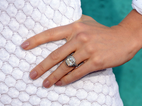 jessica-biel-engagement-ring-2014-3.jpg