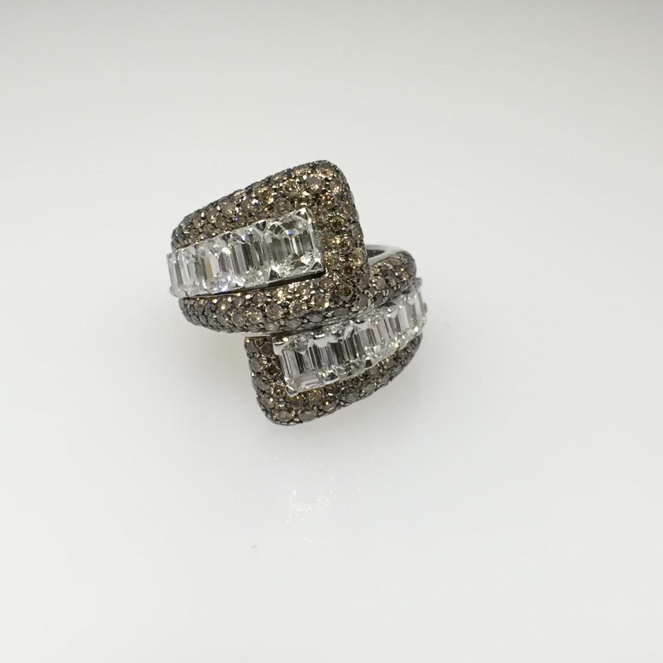 18 Karat White Gold Ring. Diamonds: Baguette & Round Champagne 6.1 tw.
