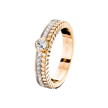 QUATRE RADIANT EDITION SOLITAIRE - Solitaire set with a round diamond and pavé diamonds, in yellow and white gold