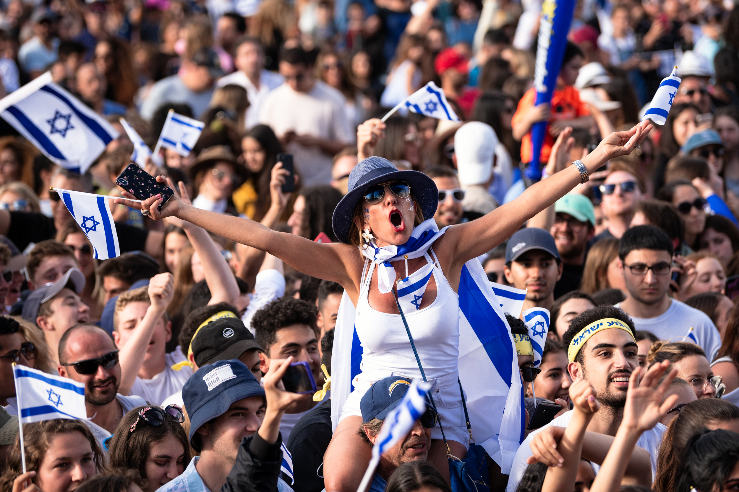 Fans enjoying the Israeli pop duo, Static and Ben El Tavori, liv