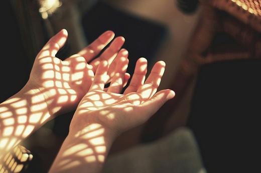 { hands }