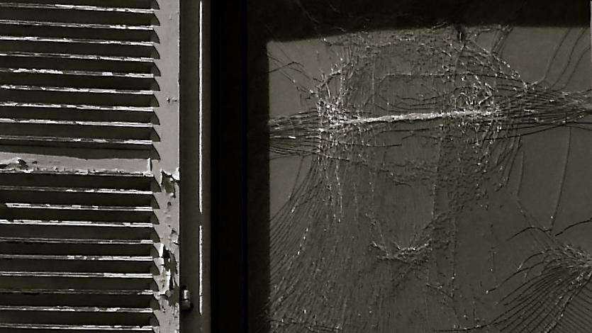 Pau. Ventana cristal roto
