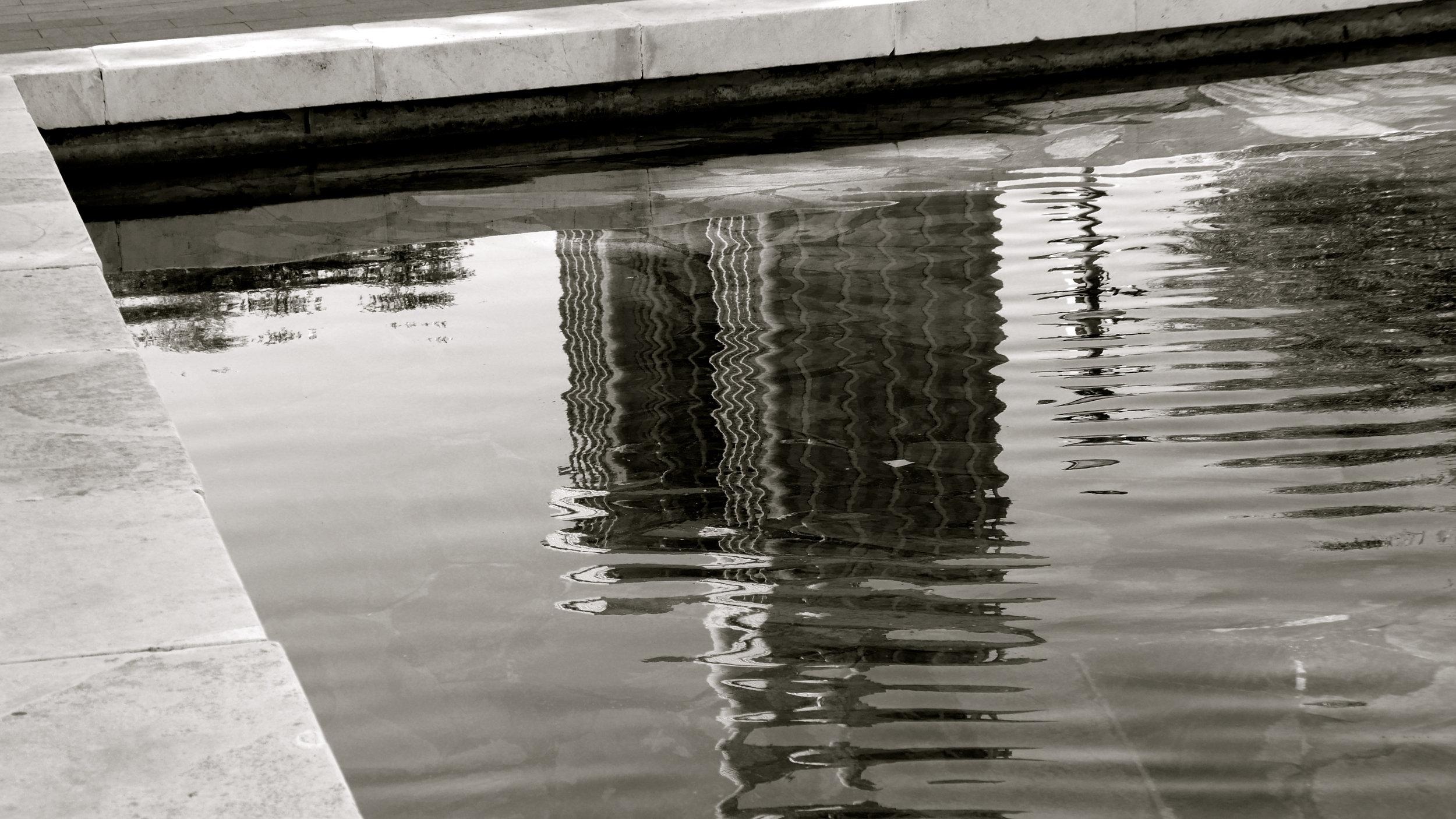 Reflejado agua edificio Colón