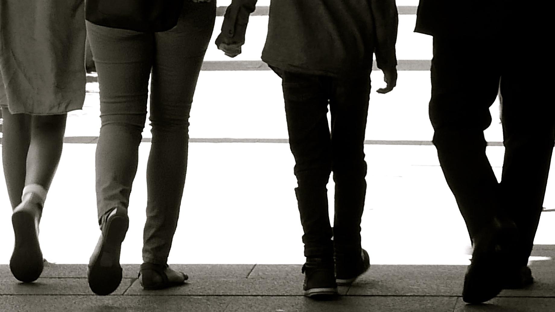 Familia caminando contraluz