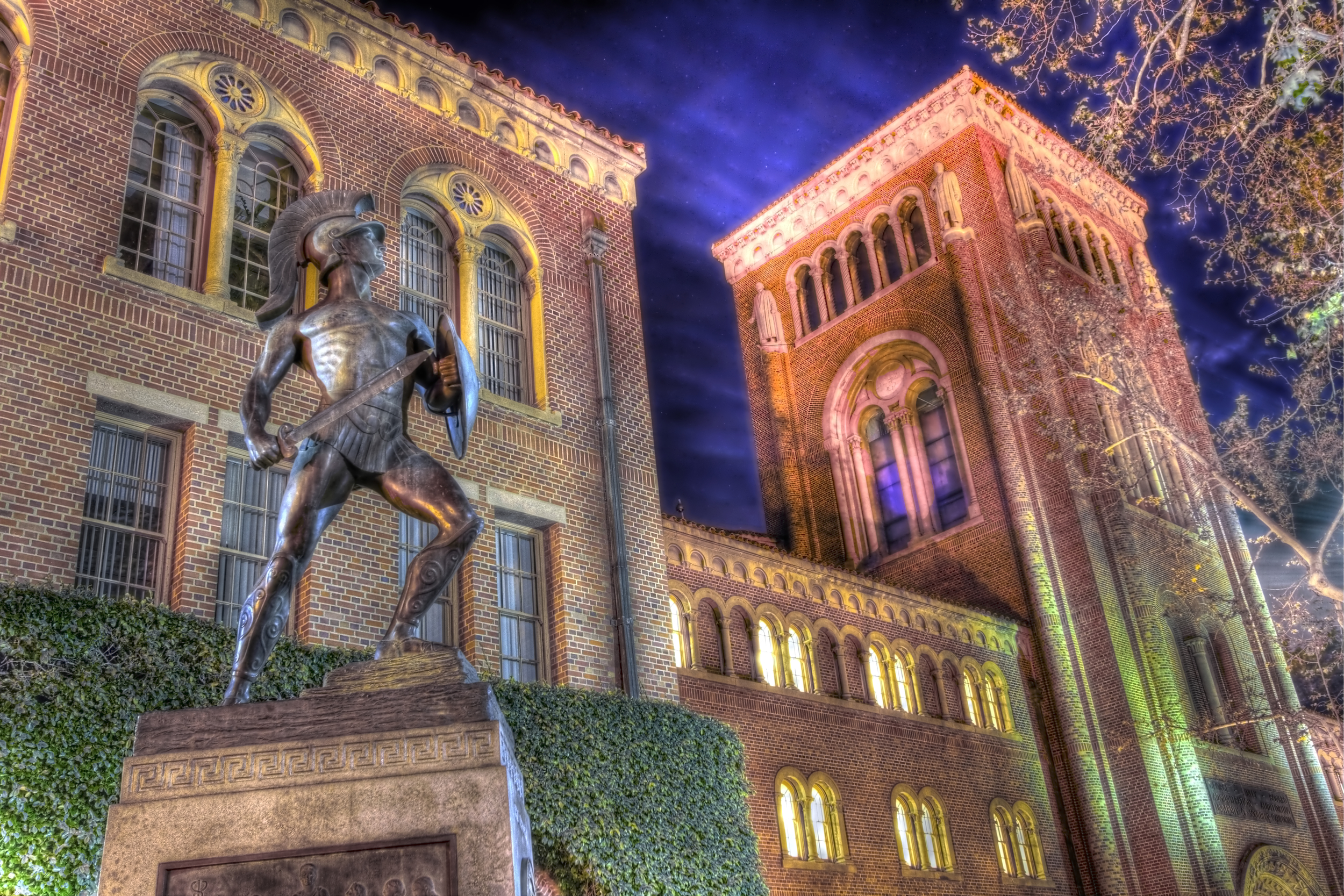 Tommy Trojan at Night.jpg