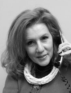 Maggie Aponte, Recepcionista