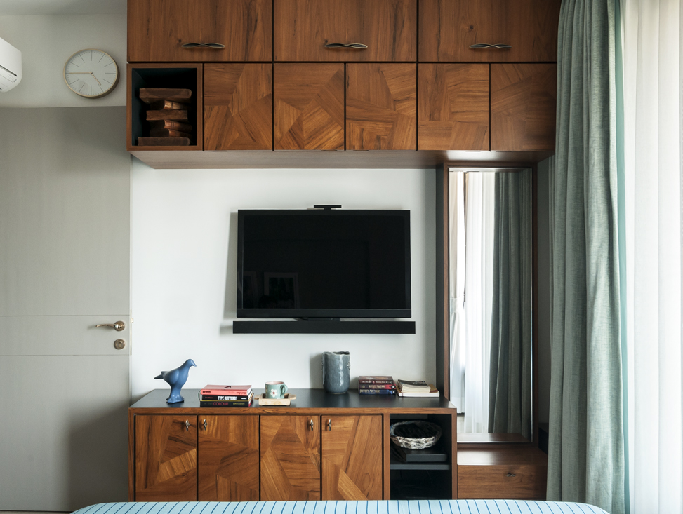 MASTER BEDROOM TV AND DRESSING UNIT